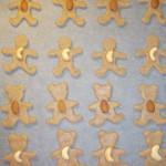 Mézeskalács figurák nyersen mandulával és kesudióval