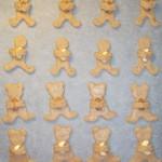 Mézeskalács figurák ölelik a mandulát és kesudiót